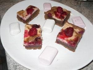 brownies coupés 300x225 Brownie aux framboises et crème de Chamallows
