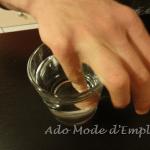 petit doigt dans un verre d'eau