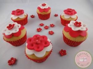 mini cupcakes petites fleurs en pâte à sucre rouge et blanche