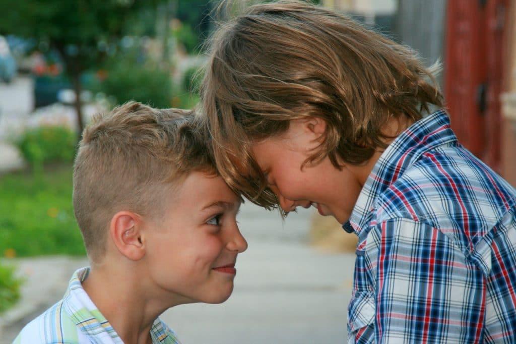 laisser son ado s'occuper de son petit frère